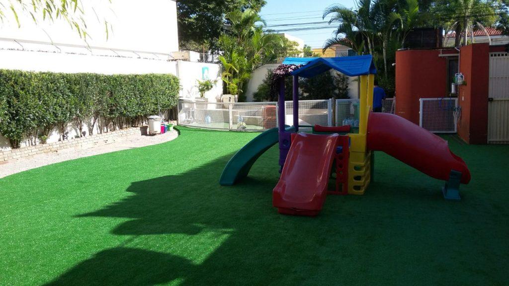 Instalação grama sintética play grounds